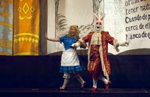 Alicia con el conejo blanco