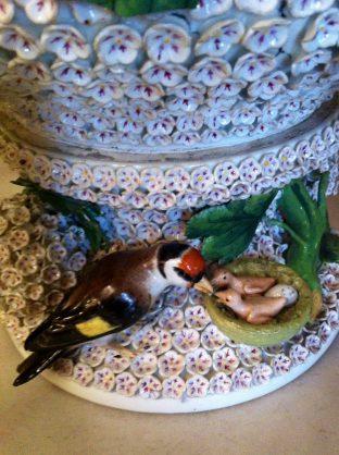 Porcelana con flores y nido