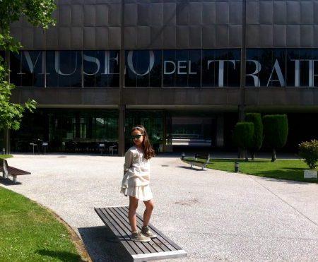 M en la entrada del Museo del TRAJE