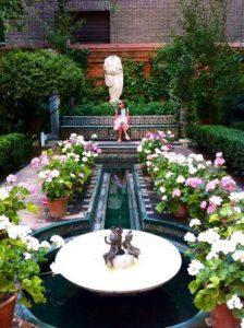 En el jardín con la fuente