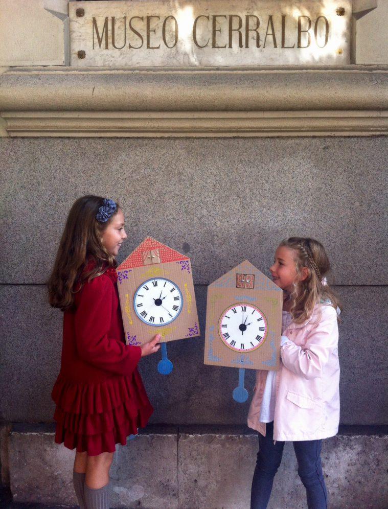 Entrada del Museo con relojes de cuco