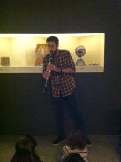 Andrés toca clarinete