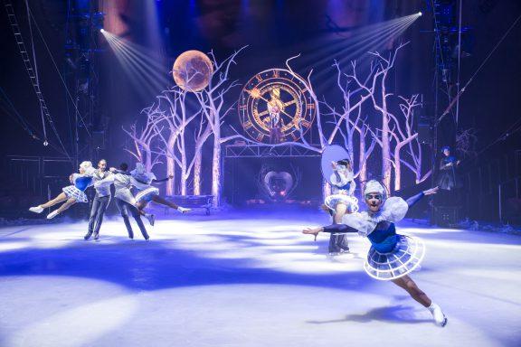 Circo de Hielo patinadores en el bosque de hielo