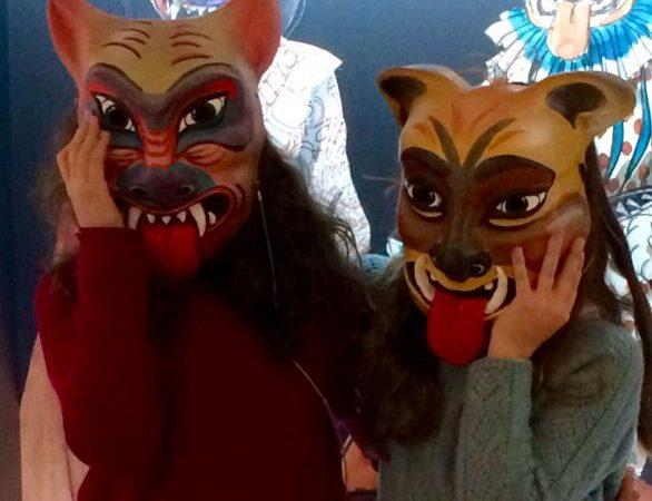 Con máscaras del Coloquio de los perros