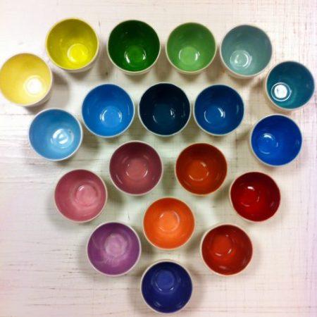 Cuencos con muestrario de colores