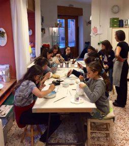Las niñas pintando su cerámica en el taller