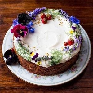 Tarta decorada con fresas y flores SANA LOCURA