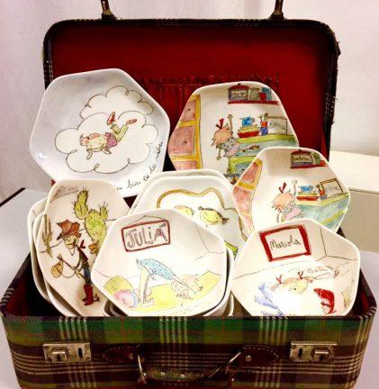 Primer plano maleta con platos