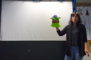 En el teatrillo del Museo del Traje con un títere