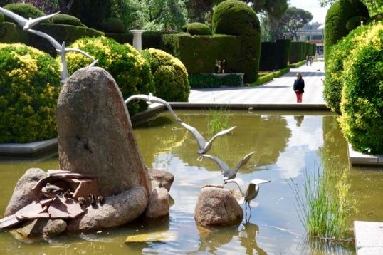 Patos y platitos en la fuente de los Jardines de Cecilia Rodríguez