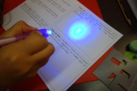 Con luz negra se puede leer un mensaje de tinta invisible
