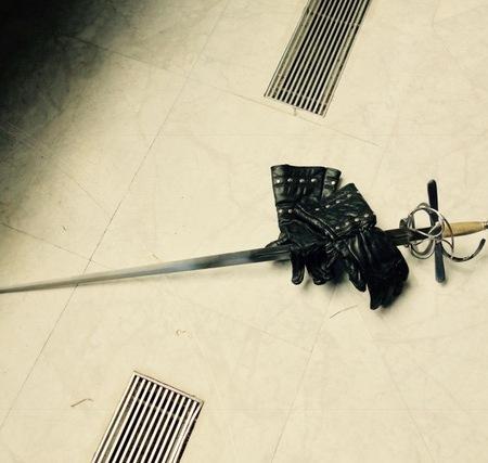 Guantes y espada de esgrima