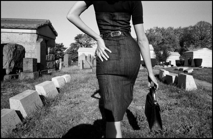 Sesión fotográfica para Funeral de la Magia. Queens, Nueva York, EEUU.2005 ©️Bruce Gilden/Magnum Photos